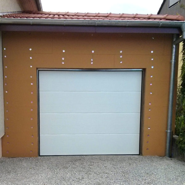 Agrandissement de maison : garage en ossature bois avec enduit extérieur