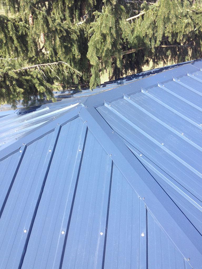Cabane dans les arbres : détail toiture en acier